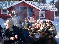Kinder und Jugendliche beim Picknick in Schweden